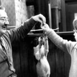 """En scene fra TV-serien med grisehandler Oluf Larsen , hunden kvik og Daniel. """"Matador""""."""
