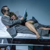 Gift: Paprika Steen er formidabel som Tove Ditlevsen i glimrende samspil med Lars Brygmann som Victor Andreasen. Foto: Thomas Petri