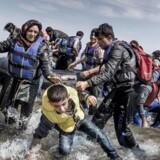 Flygtninge og migranter er i titusindvis gået i land på græske øer som her Lesbos og håber på muligheden for at kunne komme længere op i Europa.