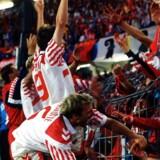 Kim Christofte hilser på puiblikum efter sin scoring mod Holland Ved EM 1992.