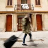 »Ingen turistlejligheder«, melder banneret i baggrunden i kvarteret Barceloneta, hvor indbyggerne har fået nok af udlejningstjenester som Airbnb.