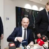 Det er i høj grad på grund af presset fra udlandet, at JP/Politikens har købt Dagbladet Børsen. Det fortæller administrerende direktør Stig Ørskov (midten) på et pressemøde fredag.