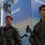 Brasilianske marinesoldater står vagt ved Maracana Stadion i Rio d. 9. juli 2016 forud for de Olympiske Lege. I alt er 85.000 betjente, soldater og brandmænd afsat til opgaverne omkring OL i landet.