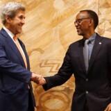 Tidligt lørdag morgen dansk tid er mere end 150 lande blevet enige om en aftale i Kigali Rwanda, der skal mindske brugen af de skadelige gasser i for eksempel køleskabe og aircondition-anlæg. Heriblandt USAs udenrigsminister John Kerry samt Rwandas præsident Paul Kagame.