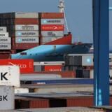Eskaleringen af handelskrigen mellem USA og Kina sætter sine spor på aktiemarkederne tirsdag middag, og på det danske marked trækkes A.P. Møller-Mærsk ned i dybet.