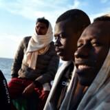 EU vil forhindre migranter i at tage på den farlige rejse over Middelhavet. I stedet skal der oprettes en form for centre uden for EU, hvor man hurtigt kan behandle menneskers sager og vurdere, om det er økonomiske migranter eller flygtninge med behov for beskyttelse. Her er det migranter fra skibet Aquarius, der efter langs tids palaver er endt med at komme i spansk havn i weekenden.