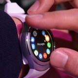Samsungs smartur Gear S2 bruger Tizen, som er Samsungs eget mobilstyresystem - en afart af Android. Det får nu en ordentlig opdatering. Arkivfoto: Rainer Jensen, EPA/Scanpix