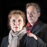 Karen-Lise Mynster er i centrum i demens-dramaet »Det andet sted«, mens Flemming Enevold bakker loyalt op. Foto: Naya Buch.