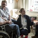 Grethe Poulsen på 70 år har været syg kastebold mellem plejehjem og hospital i Herlev. Fra venstre er det Grethe, Sosu-medhjælper Michael, sygeplejerske Anne og Grethes mand Frede. Fotograferet torsdag den 19. marts 2015.