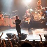 Eagles of Death Metal på scenen i Bataclan, inden spillestedet blev ramt af tragedien 13. november.