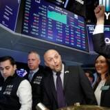 De amerikanske aktier endte igen i rekordniveauer fredag, hvor investorerne havde masser af købslyst trods skuffende væksttal for fjerde kvartal fra verdens største økonomi.
