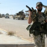 Regeringsloyale styrker i Libyen på fremmarch ved en vej ind mod Sirte.