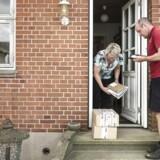 Post Danmark står til årligt at miste et trecifret millionbeløb som følge af de nye momsregler for pakkeomdeling, der træder i kraft næste år. På tur med postbud Jens Byskov, der kører en rute omkring Tjæreby ved Roskilde. Normalt er der cirka 40 pakker, der skal omdeles om dagen, men i sommerperioden er det kun det halve.