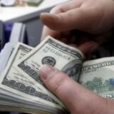 En gruppe aktionærer i den amerikanske storbank Citigroup vil på tirsdagens generalforsamling stille et forslag om, at en større del af topchefernes årlige bonusser kan tilbageholdes i mindst 10 år.