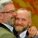 Andrew Wale (tv) and Neil Allard (th) var blandt de mange homoseksuelle, britiske par, der efter midnat skyndte sig at blive gift.