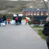 RB PLUS Få flygtninge tvinges hjem: Tre på fire år- - ARKIVFOTO 2015 Flygtninge kommer til Hvide Sande- - Se RB 4/2 2016 17.00. Få flygtninge tvinges hjem: Tre på fire årDer kan gå lang tid, før flygtninge vender hjem. Kun tre fik inddraget deres danske opholdstilladelse fra 2012 til 2015 på grund af bedre forhold i hjemlandet. (Foto: Tommy Kofoed/Scanpix 2016)