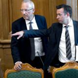 Beskæftigelsesminister: Jørn Neergaard Larsen , får en rundvisning i folketingssalen af Hans Andersen (V)