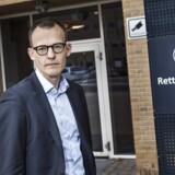 Advokat Peter Trudsø er forsvarer i sagen om bestikkelse af offentligt ansatte. Han repræsenterer i alt 15 af de personer, der blev sigtet efter denne sommers ransagninger. En af disse, en ansat ved Rigspolitiet, fik i sidste uge påtaleopgivelse og er dermed ikke længere sigtet.