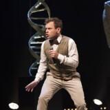 Lille mand, stor komik: Christian Fuhlendorff charmer sig gennem verdenshistorien. Foto: PR.