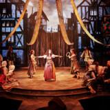 """Scenografien udløser spåontane klapsalver og spiller perfekt sammen med de medvirkende i """"Klokkeren fra Notre Dame"""", der er en klokkeren musicalsucces. Her Vanessa Rodríguez Ibarra som Esmeralda. Foto: Søren Malmose."""