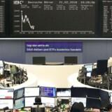 De europæiske aktieindeks rider ikke videre på bølgen fra mandag, hvor der var grønne tal at se. Tirsdag middag er der røde tal over hele linjen i de europæiske aktieindeks.