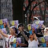 """En gruppe fans samlede sig fredag foran pladeselskabet Sony's hovedkvarter i New York, hvor de råbte """"befri Kesha"""" og afleverede en underskriftsindsamling med 411.000 navne, der kræver, at Sony fyrer den anklagede producer."""