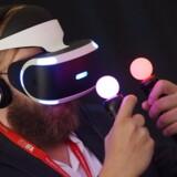 En besøgende benytter nye briller til 'Virtual-Reality-Gaming' ved Sony's stand på første pressedag ved den internationale forbrugerelektronikmesse (IFA).