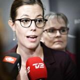 ARKIVFOTO: Børne- og socialminister Mai Mercado (C) og Karin Nødgaard (O) i baggrunden, da en ny politisk skilsmisseaftale bliver offentliggjort, da resultatet af et møde om et nyt familieretligt system bliver præsenteret tirsdag den 27. marts 2018. Foto: Ritzau Scanpix/Philip Davali