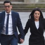 Tidligere fodboldspiller og offer for misbrug Andy Woodward (til venstre) ankommer til retssagen mod træner Bennell i starten af januar. Nu er Bennell blevet dømt. Scanpix/Paul Ellis