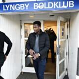 Fodboldspillerne Kim Ojo (27) og Kevin Tshiembe (18) forlader mødet i Lyngby Boldklub hvor superligaklubben fortæller spillerne, at økonomien er sikret og de får løn.