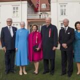 Alle tre skandinaviske kongepar var samlet, da Norge fejrede sin 200. nationaldag. I København indviede man Eidsvoll Plads i anledning af 200 året.Der var topmøde for de skandinaviske kongelige i forbindelse med den norske nationaldag. På billedet ses fra venstre den norske kronprinsesse Mette-Marit, danske prins Henrik, den danske dronning Margrethe, den norske dronning Sonja, den norske kong Harald, svenske kong Carl Gustaf og dronning Silvia og den norske kronprins Haakon foran Eidsvollbygningen hvor den norske forfatning blev underskrevet for 200 år siden.