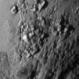 verdens første nærbillede af den iskolde dværgplanet Pluto: Frosne gasser, bjerge af is så høje som Rocky Mountains, kilometerdybe kløfter. Og ingen kratere. Nu går jagten ind på at finde svarene på Plutos forbløffende geologi.