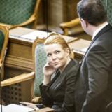 Inger Støjberg (V) i samtale med Martin Henriksen (DF) under dagens debat.