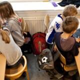 Både i Storbritannien og Danmark er skoler er gratis, begge ligger i velhavende forstæder til deres respektive lands hovedstad med sammenlignelig demografi, og begge har skyhøje forventninger til elevernes præstationer. Men griber de det an på samme måde?