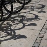 Det anslås at koste omkring 100.000 per cykelparkeringsplads, man bygger. Her ses herreløse cykler i en kæmpe bunke ved Hovedbanegården i København.