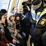 Personerne på billedet har ikke nødvendigvis noget med historien at gøre. Billedet er fra 12. november 2015, hvor svensk svensk politi kontrollerer flygtningenes pas på Hyllie Station.