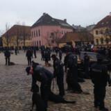 Mellem 100 og 200 hundeførere fra hele landet var mødt op uden for Roskilde Domkirke fredag eftermiddag for at mindes deres kollega. Free/Adam Egholm Madsen, Ritzau