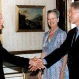 Skibsreder Mærsk MC-Kinney Møller hilser på den amerikanske præsident Bill Clinton, mens Dronning Margrethe ser til.