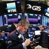 Fredagens kraftige stigninger på Wall Street fortsatte i uforandret takt mandag, hvor de store amerikanske aktieindeks igen lukkede med plusser på over 1 pct.