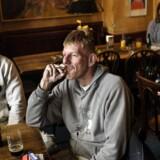 Fredag eftermiddag på Café Nick. Manden med smøgen er: Holger Boe, 46 år gammel og maler.