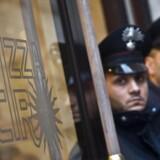 ARKIVFOTO. Camorra-mafiaen har stjålet og forfalsket kostbar kræftmedicin. Italienske betjente holder vagt foran en restaurant i Rom i forbindelse med razzia mod Camorra-medlemmer.