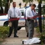 Politiet i Chicago undersøger d. 20. september drabet på 14-årige Tommy McNeal, hvis lig er dækket på fortovet. McNeal var en af mindst tre dræbte og omkring 30 sårede i løbet af et døgn i Chicago – alle på grund af skyderi.
