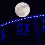 En »supermåne« ses over et pariserhjul i Hong Kong 14. november 2016. / AFP PHOTO / ANTHONY WALLACE