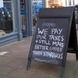 Britiske cafeer er gået i krig med Starbucks, som stort set ikke betaler skat. Det er ulige konkurrence, fastslår de over for kunderne.