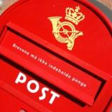 En rød dansk postkasse.