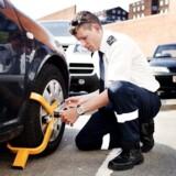 Arkivfoto. Fremover kan din bil blive låst med en hjullås, hvis du f.eks. ikke betaler dine bøder.