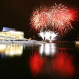 Øverst: Festfyrværkeri ved åbningen af Norges nye operahus lørdag aften i Oslo. Nederst: