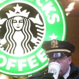 Arkivfoto. A New York City police officer enjoys a large drink outside a Starbucks near the site of the World Economic Forum in New York 31 January, 2002.