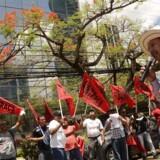 Panama er indstillet på at tilslutte sig de internationale aftaler om automatisk udveksling af skatteoplysninger med andre lande og skabe åbenhed om landets finansielle sektor. Her er det demonstranter foran Mossack Fonsecas hovedkvarter i Panama. (AFP PHOTO / Ed Grimaldo)