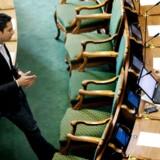 Social- og børneminister Manu Sareen (R) barsler med et børneudspil, der skal skabe bedre dagtilbud. Her ses han i folketingssalen i samtale med socialdemokraten Pernille Rosenkrantz-Theil.